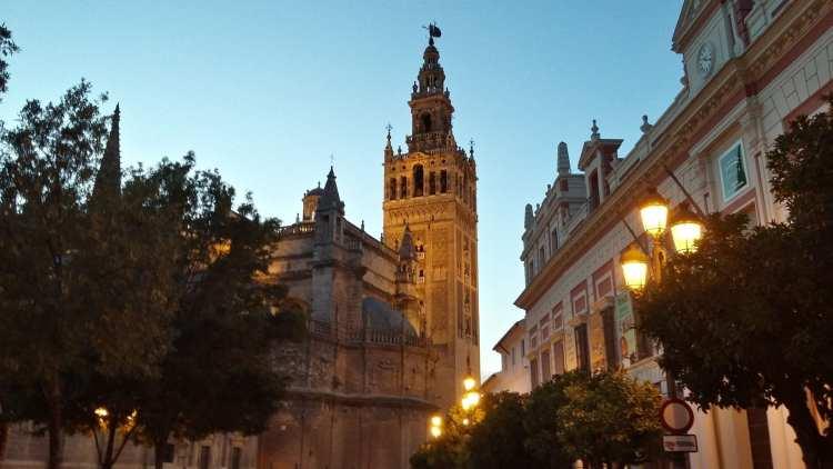 La Giralda qui se détache sur la cathédrale