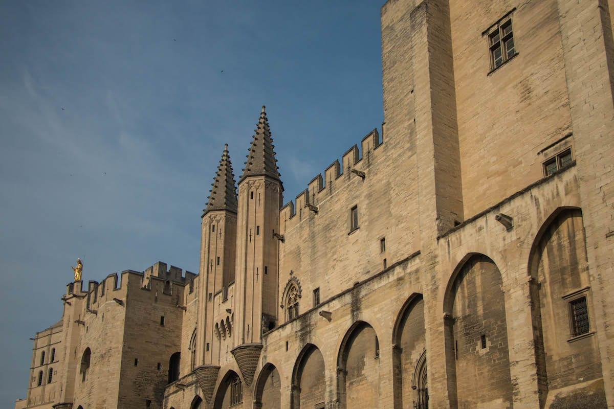 Avignon : intrigue et puissance dans le sud de la France