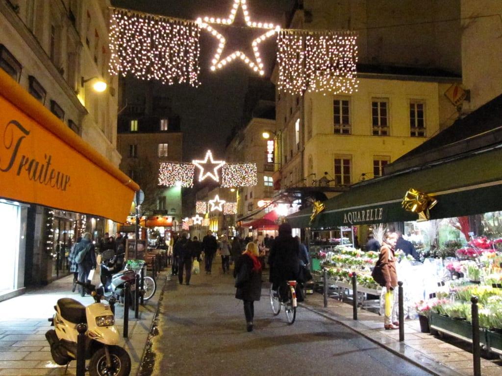 les marchés et les lumières rendent la capitale française encore plus belle –